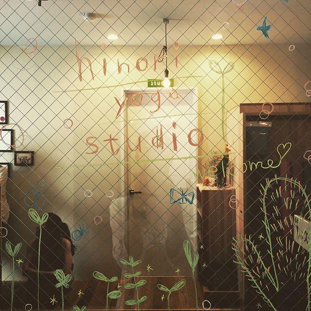 ・消せるクレヨンで扉にも「ヒノリヨガ」楽しい時間♬・前髪を切って益々かわいくなったひろこ先生と、それを絶賛するmagとナオ先生。・レッスン合間の和やかなヒトトキです