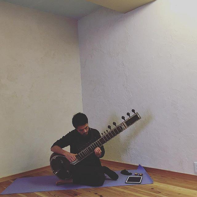 今日は1/13の#冬の陰ヨガ with シタールの打合せに、シタール奏者のタイシさんにスタジオに来ていただいておりますいやいや、ヤバイですよ。音の様子をみるのにチラリと奏でていただいてるだけで、わたくし別世界へ飛んで行っております。本番、お楽しみに#ヨガ #ヒノリヨガスタジオ #陰ヨガ #シタール #生演奏 #贅沢すぎる#yoga #sitar #kusatsu