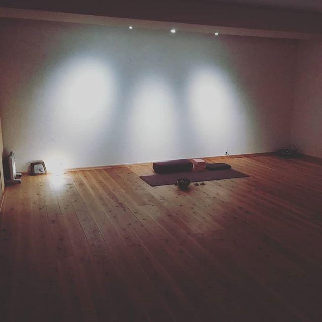 ガラッと模様替え!さらに心地の良い空間になったんじゃないかと、スタッフみんなで自画自賛 お楽しみに#ヒノリヨガスタジオ #草津ヨガ #今宵はしっとり陰ヨガ#心地の良い空間#hinoriyogastudio #yoga #yogastudio #kusatsu