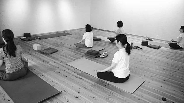 アサナ=座る・快適に座れていますか?・ヨガで快適に座り日常生活も快適に過ごしましょ~ #ヨガ#アサナ#ヒノリヨガスタジオ#滋賀#草津#快適に過ごす – # #スタジオより – # #スタジオより - # #スタジオより